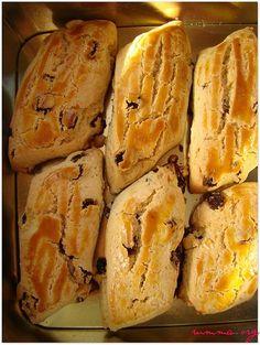 Üzümlü kurabiyesevdiğim lezzetlerdendir.Pastaneden aldığım kurabiyeleri evde yapabilmek çok güzel. Nursevin hanıma tarif için teşekkür ediyorum.Çok da güzel oldu , tavsiyemdir. Pastane usulü üzümlü kek tarifine buradan bakabilirsiniz. Üzümlü kurabiye için gereken malzemeler 250 gr tereyağı oda sıcaklığında 3 adet yumurta (bir sarısı ayrılacak) 1 su bardağından bir parmak fazla tozşeker 1,5 su bardağı kuru üzüm …