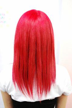 【マキロンレッド】マキロンちゃんです。根元をブリーチしてMANICPANICのヴァンパイアレッドをかぶせました。最初はもうちょっと淡いカラーにしたんですけど入りがうすくなってしまい、二回目にパキッとした赤をいれました。濃い色にするとムラが少なく入りやすいです。