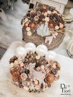 Зимовий декор з натуральних матеріалів: 25 фото-ідей | Ідеї декору Christmas Advent Wreath, Xmas Wreaths, Christmas Mood, Christmas Table Decorations, New Year Diy, Pink Candles, Christmas Photography, Candle Centerpieces, Christmas Inspiration