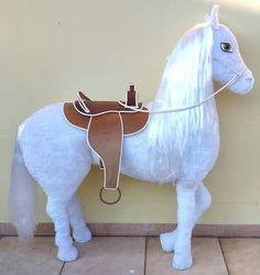 Cavalo cenográfico confeccionado em pelúcia. Altura aproximada de 1,6m.