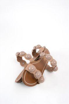 Γυναικεία σανδάλια Arezzo. Είναι κατασκευασμένα από άριστης ποιότητας υλικά, αντιολισθητική σόλα για σταθερό περπάτημα. Μια ιδιαίτερη επιλογή που θα δώσει ξεχωριστό στυλ σε κάθε σας εμφάνιση. Palm Beach Sandals, Shoes, Fashion, Moda, Zapatos, Shoes Outlet, Fashion Styles, Shoe, Footwear