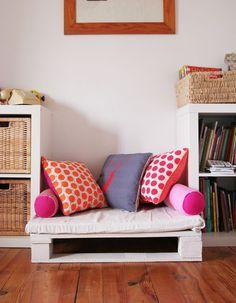 Wooden pallet transformed into a reading corner Bedroom Decor, Furniture, Kid Room Decor, Home, Furniture Hacks, Flexible Seating, Home Deco, Home Decor, Room