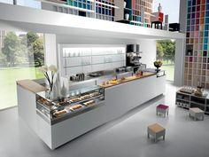 Banco Bar Studio 12 con angoli realizzati in struttura alukuadro con piano in cristallo e retrolaccato nero. Banco bar moderno con motere esterno o interno.