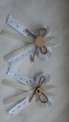 Burlap Bows, Ribbon Bows, Handmade Flowers, Diy Flowers, Diy Home Crafts, Arts And Crafts, Heart Crafts, Party Favor Bags, Diy Scrapbook