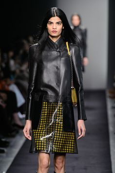 Black, nude, yellow, hazel, steel-grey. Cell-like surfaces, basketweave, bicolour carvings and geometric jigsaws delimit the leather in a very clear way #bottegaveneta #officinadellepelli #fashion seen on COLLEZIONI TRENDS www.collezioni.info