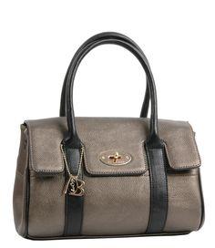 Dit compacte handtasje van Bulaggi heeft een extra lang hengsel waarmee je de tas crossover kunt dragen. De tas is uitgevoerd in een metallic kleur en gecombineerd met zwart. De lichtgouden details maken de tas helemaal af. Het hoofdvak heeft een ritssluiting.
