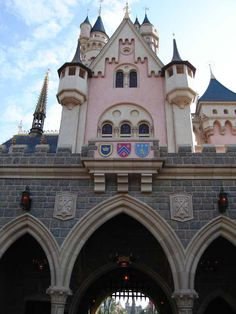 I want to go to Hong Kong Disneyland so bad.