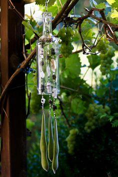 Dieses Windspiel ist aus recyceltem Glas hergestellt. Im Garten, auf Balkon oder…
