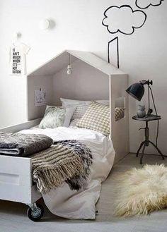 なんとも子供心を擽る素敵なベッドですよね。 頭の部分を家の屋根の様に覆ってしまうこのデザインには、きっと子供たちも笑顔になってくれる筈です。 壁紙の煙突のデザインもgood! このベッドで眠る子供は幸せでしょうね。