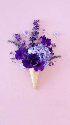 Lila Blumen und Blütenblätter in der Eiswaffel! Der neue Sommer Trend als Deko Idee. Ultra Violet Pantone Colour of the Year 2018 lila purple The Purple, All Things Purple, Purple Rain, Shades Of Purple, Pastel Purple, Purple Blush, Deco Floral, Arte Floral, Purple Flowers