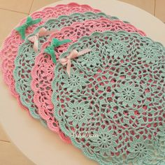 This Pin was discovered by Gün Crochet Cross, Crochet Round, Crochet Home, Thread Crochet, Crochet Motif, Crochet Designs, Crochet Doilies, Crochet Yarn, Crochet Flowers
