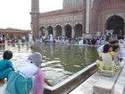 Le bassin des ablutions de la grande mosquée de Delhi, en Inde.