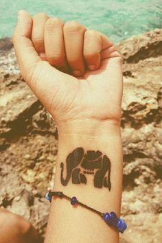 éléphant noir gravé dans la peau - idée de tatouage pour femme discret