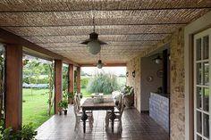 Os proprietários tinham o anseio de uma casa de campo rústica, com essência de fazenda, com uma simplicidade que os ajudasse a desconectar da rotina urbana. Uma casa gostosa para curtir a família e amigos aos finais de semana. Para isso procuraram o escritório Simone