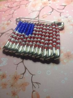 Picture of American Flag Pin Rustic Wooden American Flag, American Flag Sizes, American Flag Crafts, American Flag Wall Art, American Flag Pin, American Flag Pallet, American Flag Wreath, Safety Pin Art, Safety Pin Crafts