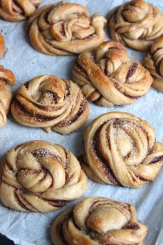 The Good Life Kanelbullar - Zweedse kaneelbroodjes Köstliche Desserts, Delicious Desserts, Dessert Recipes, Yummy Food, Appetizer Recipes, Alice Delice, Scandinavian Food, Happy Foods, Cake