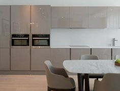 magnifique-cuisine-blanche-et-grise-facade-cuisine-couleur-taupe-decor-sobre-et-moderne