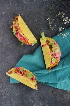 Hola!Ja, daar ben ik weer met een Mexicaans gerechtje: taco's gevuld met pulled jackfruit, guacamole, vegan kaassaus, zoetzure uitjes en koriander. Klinkt dat niet goed? Ik kan het gewoon niet helpen, ik ben dol op Mexicaans eten. Je mag me wakker maken voor goede guacamole, maar misschien ook wel voor deze taco's. Misschien dat jackfruit