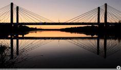 Most Milenijny o zmierzchu. W tle most Rędziński.