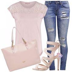 Jeans skinny con vestibilità slim fit, quindi molto aderenti per tutta la lunghezza della gamba, in abbinamento una t-shirt rosa con dettagli in pizzo, borsa capiente a spalla e per terminare questo look sporty chic un sandalo alto con tacco a spillo.