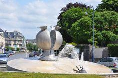 Soissons Aisne France - fontaine vase de Soissons érigée en 1998/1999 au milieu d'un carrefour non loin de la place de la République. Son auteur Guy Lartigue l'a conçue en inox d'une hauteur de 2m environ avec un socle en pierres venant des carrières de Saint Pierre-Aigle, petit village non loin de Soissons, rappelant l'anecdote du vase de Soissons brisé par un soldat impulsif sous les yeux de Clovis, le roi des Francs en 486. Saint Quentin, Frogs, Place, Architecture, Wash Tubs, Street Furniture, Beautiful Places, Middle, Birth