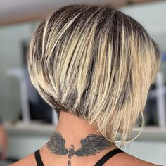 Click the link to see more stunning stacked bob haircuts and hairstyles like this! Photo credit: Instagram @ro.hsiqueira #stackedbobhairstyles #stackedbobhaircut Bob Haircut For Fine Hair, Line Bob Haircut, Pixie Haircut, Short Stacked Bob Haircuts, Stacked Bob Hairstyles, Stacked Bob Short, Messy Bob Haircuts, Bob Style Haircuts, Blonde Pixie Cuts