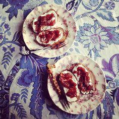 En als toetje cake van bananen, dadels, speltmeel, walnoten en eieren met daarop Griekse yoghurt met fruitbeleg aardbeien