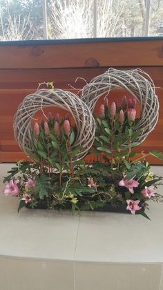 Here are the most ingenious Silk flower designs to make your event special. Alter Flowers, Diy Flowers, Flower Decorations, Deco Floral, Arte Floral, Easter Flower Arrangements, Floral Arrangements, Corporate Flowers, Diy Spring Wreath