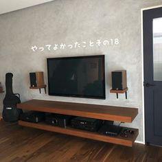 Diy home decor Shelves Under Tv, Floating Shelf Under Tv, Tv Wall Design, House Design, Deco Tv, Tv Stand Designs, Living Room Tv, Diy Room Decor, Home Decor