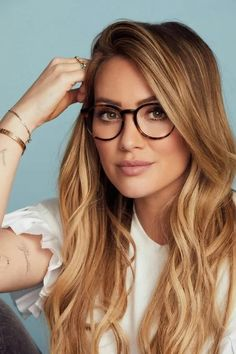 Mood: Captivating, poised, prominent - The Muse x Hilary Duff Eva is a bold style with striking features. Crafted from premium acetate, its keyhole bridge, classic wingtips and sleek arms seamlessly mix modern and vintage. Glasses For Oval Faces, Cute Glasses, New Glasses, Girls With Glasses, Glasses Frames, Glasses Trends, Lunette Style, Eyewear Trends, Fashion Eye Glasses