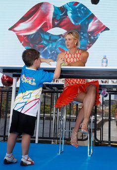 AUSTRÁLIA - Maria Sharapova dá autógrafo durante o lançamento de uma marca de produtos de confeitaria, em Melbourne. By GazetaRussa.