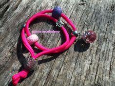 Bracciale in lycra/ rosa shocking/ charm/ perle in fimo/ resina/ fiori essiccati/ sfera/ wire/ regolabile/ regalo/ gioiello di PonteArcobaleno su Etsy