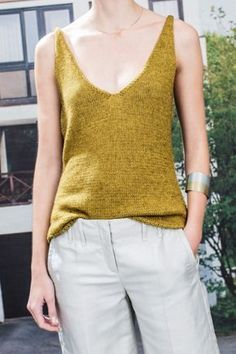 Elegant cotton and silk knitted V-neck top FREE knitting pattern in German Knitting Patterns Free, Free Knitting, Crochet Patterns, Crochet Clothes, Diy Clothes, Crochet Pullover Pattern, Pull Crochet, Crochet Top, Look Retro