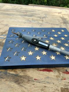 Dremel For Stars carpentertools is part of Wood flag diy - Rustic Wood Crafts, Pallet Crafts, Wooden Crafts, Pallet Flag, Wood Flag, Wooden American Flag, American Flag Art, Dremel Wood Carving, Wood Shop Projects