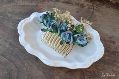 Peineta hecha con paniculata natural seca y flores en azul, con los bordes más oscuros.Mide aproximadamente 10cm.