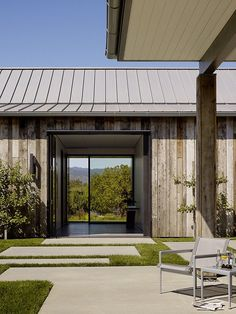 Portola Valley Barn Featuring a Rustic Exterior in Contrast with Contemporary Interior 2 Exterior Tradicional, Modern Barn, Modern Rustic, Modern Farmhouse, Modern Cottage, Cottage Style, Design Exterior, Rustic Exterior, Exterior Paint