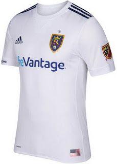 El nuevo camisetas de futbol de Real Salt Lake baratas 2017 de distancia cuenta con un diseño a medida sin embargo simplista. Combinación de una base blanca limpia con aplicaciones navales.