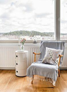 Annon viltillä päällystetty vanha nojatuoli on Hennan avopuolison lempi-istuin, jossa hän mielellään juo aamukahvinsa. Pajunkissa-aiheinen tyyny on Ylhäisten Sisustustehtaalta. Laskutasona toimii Kartellin Componibili.