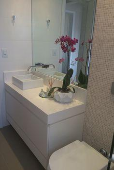 Banheiro funcional e cheio de estilo. Tampo em Silestone branco e pastilhas de mármore travertino.