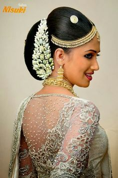 What a beautiful large low bun with real flower gajra! Indian Bridal Hairstyles, Bride Hairstyles, Sri Lankan Wedding Saree, Bun Styles, Hair Styles, Bridesmaid Saree, Bridal Hair Buns, Bridal Headdress, Saree Blouse Neck Designs
