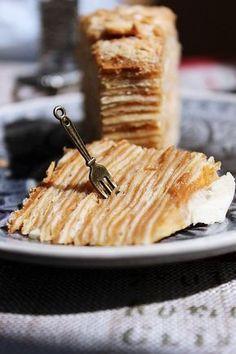 """Вот тут Таня tatiana_karpec давала рецепт вкусного торта """"Крепвиль"""". Мне очень хотелось его воспроизвести, и вот: ИНГРЕДИЕНТЫ (на торт d = 22 см): Тесто для коржей: 80 г сливочного масла комнатной температуры 100 г сахара 2 яйца 300 мл молока 1/2 ч.ложки разрыхлителя 800-900 г муки…"""