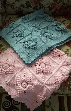 Motifli örgü bebek battaniye See other ideas and pictures from the category menu…. Baby Afghan Crochet, Crochet Blanket Patterns, Baby Knitting Patterns, Crochet Stitches, Granny Square Crochet Pattern, Crochet Squares, Knitted Baby Blankets, Crochet Projects, Kid Quilts