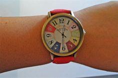 Orologio con numeri in colori vari. Disegno stile vintage. Cinturino disponibile in azzurro o rosso. Diametro Quadrante: 3.8 cm Lunghezza cinturino: 23 cm colore: rosso, blu - 12€+spese di spedizione