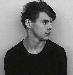 i almost skipped this because i didnt notice them. this is harry styles. without Long hair or bun or anything. Anne Cox, Niall Horan, Zayn, Beautiful Boys, Pretty Boys, Robin, One Direction Harry, 1d And 5sos, Thing 1