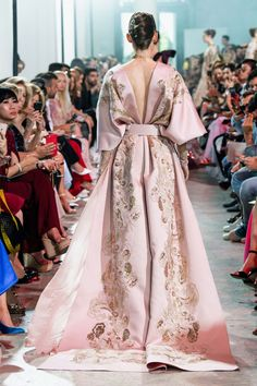 Find tips and tricks, amazing ideas for Elie saab. Discover and try out new things about Elie saab site Runway Fashion, High Fashion, Fashion Show, Fashion Design, Elegant Dresses, Beautiful Dresses, Couture Dresses, Fashion Dresses, Mode Lolita