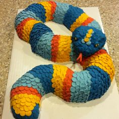 Snake cake I made for my son's birthday! (cupcakes for boys cub scouts) My Son Birthday, Rainbow Birthday, Birthday Cake, Little Boy Cakes, Snake Cakes, Snake Party, Reptiles, Reptile Party, Cupcakes For Boys
