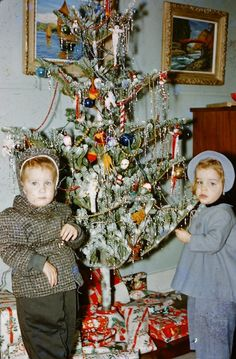 2 children bundled up for sledding and their Christmas tree. Old Time Christmas, Ghost Of Christmas Past, Old Fashioned Christmas, Christmas Scenes, Christmas Morning, Christmas Tree, Vintage Christmas Photos, Retro Christmas, Vintage Holiday