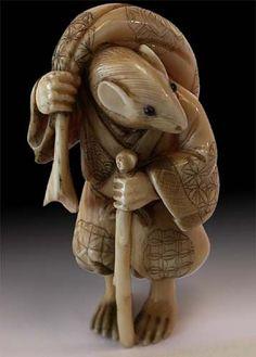 19th Century Japanese Carved Ivory Mouse Traveler Netsuke Signed Gyokuseki Art Asiatique, Japanese Characters, Bone Carving, Decorative Objects, Decorative Beads, Ivoire, Objet D'art, Japan Art, Animal Sculptures