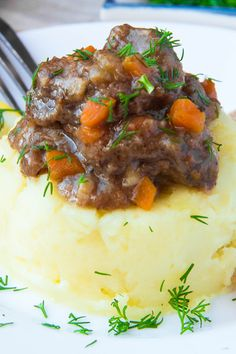 Recipe including course(s): Entrée; and ingredients: bacon, bay leaves, beer, black pepper, butter, cabbage, carrot, chuck roast, flour, fresh parsley, garlic, milk, onion, russet potato, salt, thyme, vegetable oil, worchestershire sauce