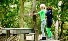 Natuurspeeltuinen zijn favoriet: ze prikkelen de fantasie en kinderen bedenken er een heel verhaal bij. Daarom 11 tips voor de leukste natuurspeeltuinen.